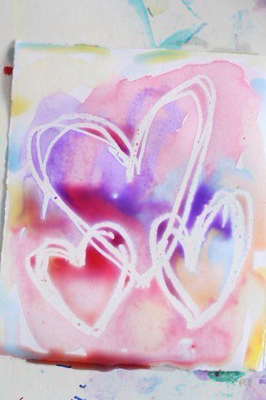 Teken een hart met een oliepastel-krijtje. Kies een mooie kleur ecoline, schilder die daarover.... op de oliekrijtjes hecht geen ecoline!