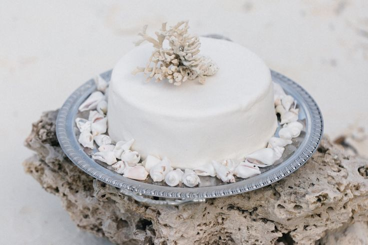 Coastal wedding cake // Zanzibar // Destination Wedding // Strandhochzeit //  Papeterie Design, Einladung, Gelübte, Menükarten // Hochzeitstorte