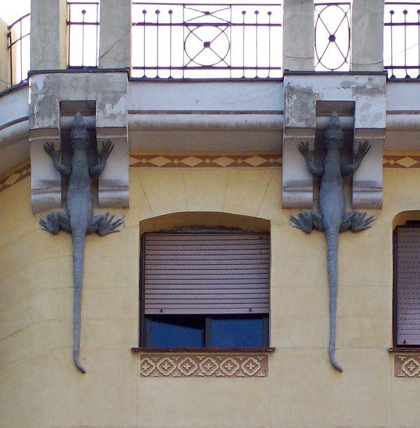 LA CASA DE LOS LAGARTOS • Calle Mejía Lequerica nº 1. El edificio fue proyectado en el año 1911 por Benito González del Valle. Llamada así por los reptiles que adornan y sustentan la cornisa, aunque más que lagartos son salamandras. Fue proyectada para viviendas de alquiler.  Es un edificio de planta estrecha, es once veces más largo que ancho. La casa de los Lagartos es uno de los mejores y escasos ejemplos de la influencia del estilo de 1900 de la arquitectura austríaca en Madrid.