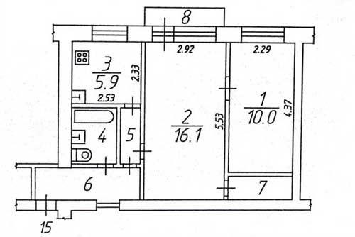 Небольшие перепланировки квартиры плюс тщательный ремонт позволили создать в этом старом доме чисто и свежее пространство.       В маленькой нише на противоположной от кухни стене - на месте бывшей кладовки, разместилась кровать. Под нее также был осуществлен частичный снос стены и перенесена перегородка в маленькой комнате. Вот как выглядит гостиная после ремонта. Новый вход в кухню помог более эффективно организовать маленькое пространство - мы видим как удачно разместился…