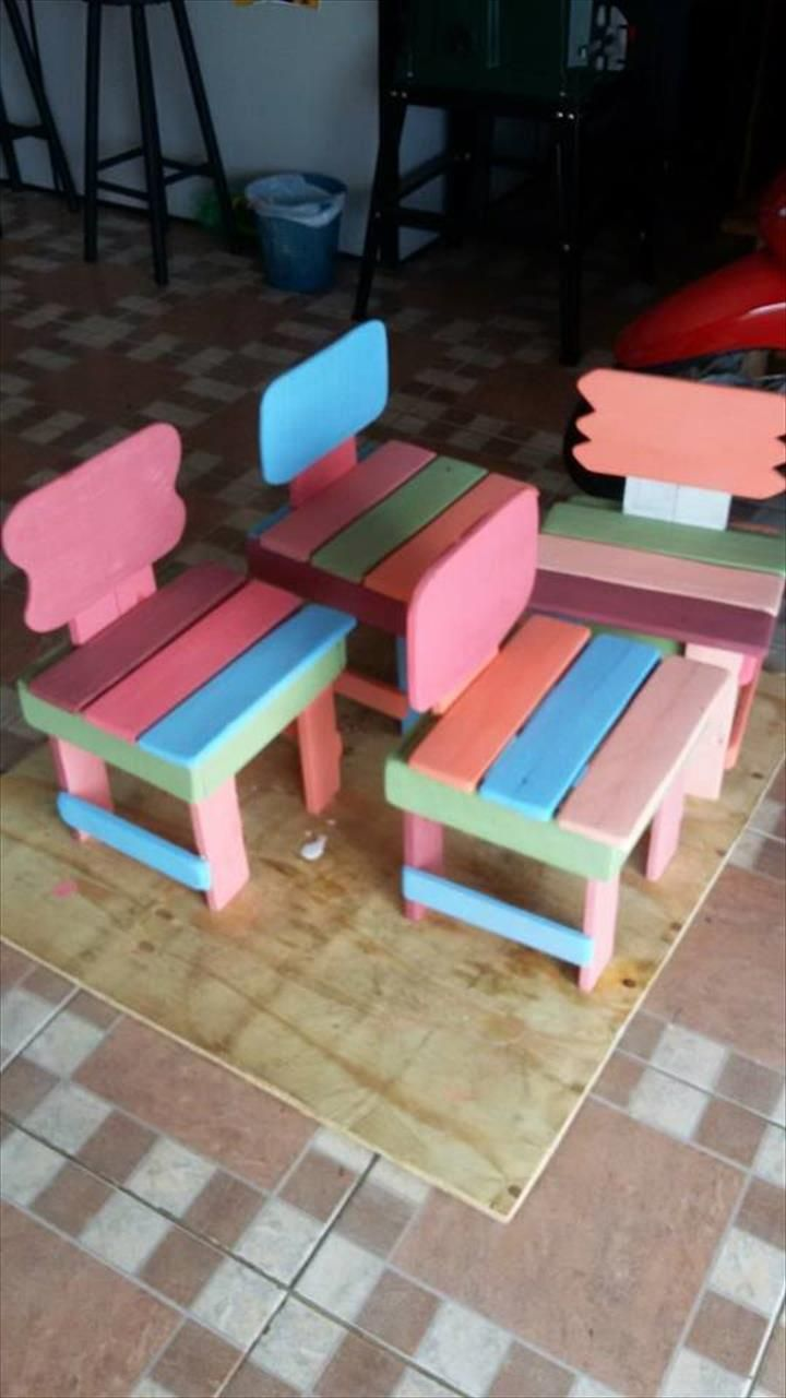 Diy pallet sofa with table 99 pallets - Herringbone Pallet Table See More Kids Furniture Made From Pallets 99 Pallets