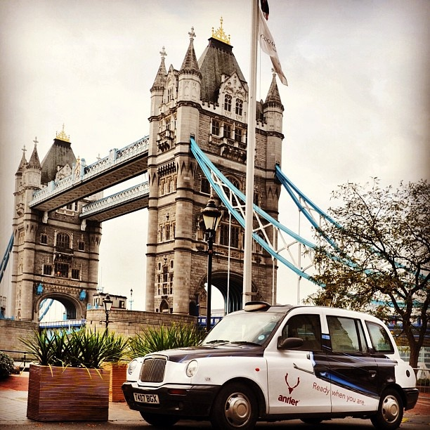 Antler Taxi Cab - en el Tower Bridge de Londres