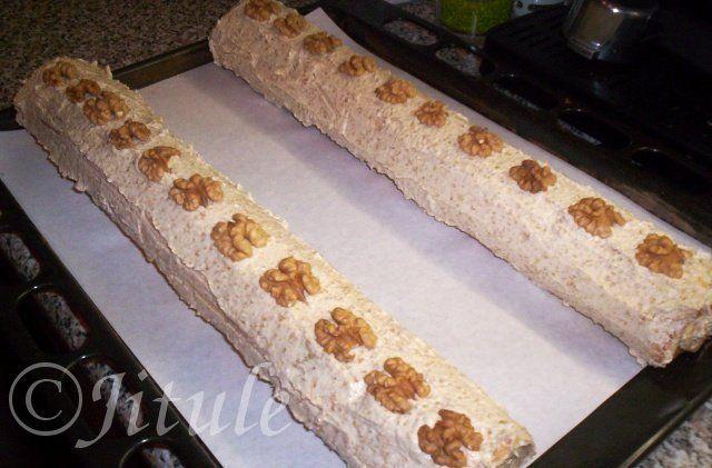 'Krém z vlašských ořechů od Ivety N.' - fantazie!!! SUROVINY12dkg mletých vlašských ořechů, 20dkg změklého másla, 15dkg moučkového cukru,3 polévkové lžícerumu, asi 12 polévkovýchlžic mlékaPOSTUP PŘÍPRAVYRecept na tyhle super roládky najdete ZDE.Nejdříve si v mléce za stálého míchání povaříme mleté ořechy (el. sporák na č.4). Mícháme, dokud nám to nezhoustne (asi 3-5 minut). Poté hmotu necháme zchladnout. Do zchladlé ořechové hmoty přidáme ostatní ingredience a vše vymícháme pomocí…