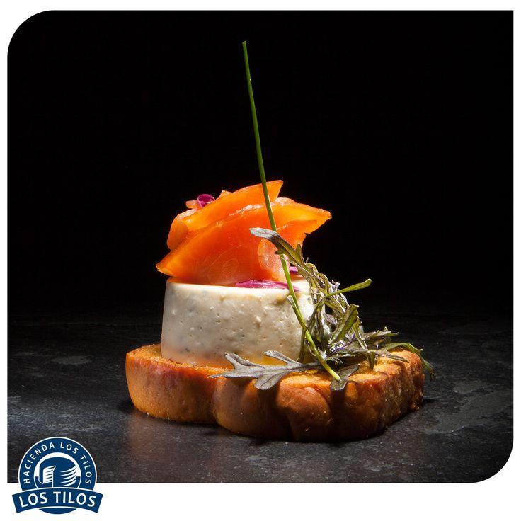 Panna cotta de queso ahumado, pan brioche y salmón ahumado. #Recetas #Gourmet http://www.lostilos.cl/recipes/panna-cotta-de-queso-ahumado-pan-brioche-y-salmon-/