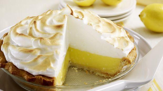 Ein besondererMürbeteig-Kuchen mit einer angenehm zitronigen Note durch frisch gepressten Zitronensaft. Mit der süßen Haube aus selbstgemachter Baiser-Creme.