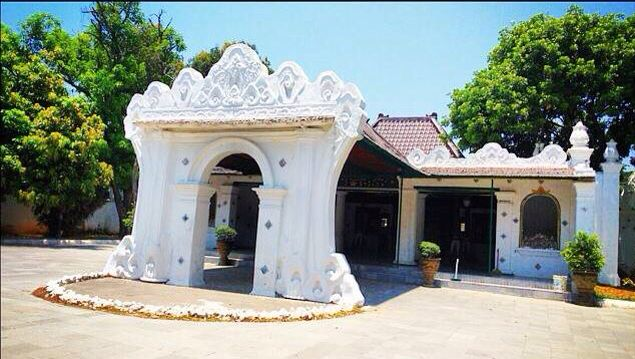 The Kraton Kasepuhan is the oldest kraton (sultan's palace) in the Indonesian city of Cirebon. It is the residence of the Sultan of Kasepuhan. It was built in 1452. While the sultan still lives in the palace, several main sections are open to the public. The legacy of Majapahit is preserved in its small pendopo on soft carved brick bases. The palace also has a somewhat neglected small museum with a restricted display of wayang, kris, cannon, furniture, Portuguese armour, & ancient royal…