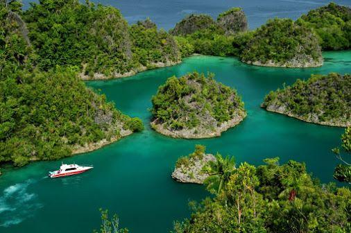 Pianemo, gugusan batu karang mirip Wayag di Raja Ampat. Tapi ini memang masih di Raja Ampat. #WonderfulIndonesia