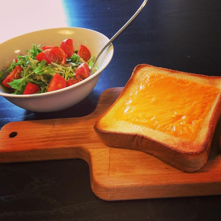 あさごはん サラダとチェダーチーズトースト 朝イチで病院行ってから午前中はお買い物行こうかな #iphonecamera #goodmorning #sarada #toast #cheese #iPhoneカメラ #おはよう #あさごはん #サラダ #トースト by picco_901
