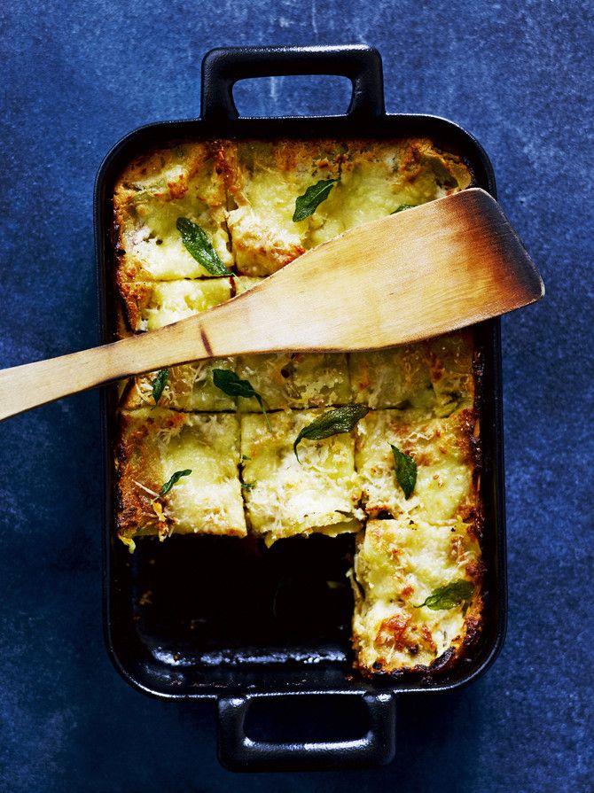 Lasagnen valkokastike korvataan tässä reseptissä sitruunalla ja basilikalla maustetulla rahkalla. Rahka mehevöittää lasagnen mutta tuo ruokaan myös proteii