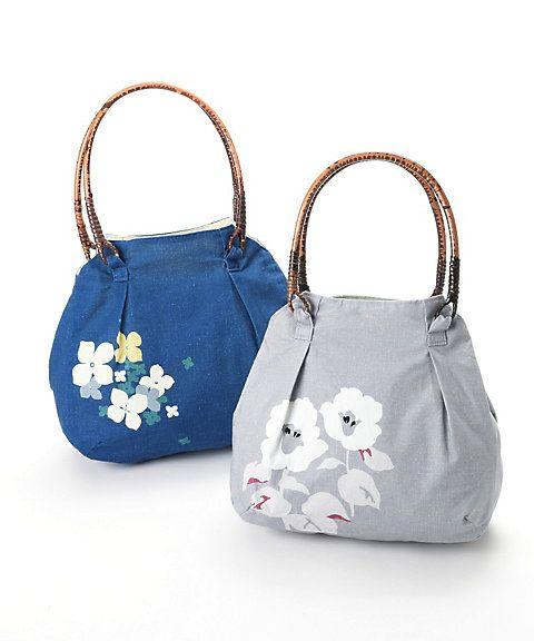 京都発信のオリジナルモダン和柄が可愛い、亥之吉の藤バッグです。軽い綿生地と藤素材の持ち手を組み合わせた大容量のバッグです。両サイドについているスナップボタンを留めれば、荷物が少ないときにはコンパクト、外せばマチが広がりゆったりサイズに変わり便利です。カラフルでモダンなデザインは洋服からゆかた、きものまで幅広いコーティネートにお使いいただけます。※柄部分は画像と同じ配置になりますが、生地の伸縮によって柄の配置が多少異なることがあります。