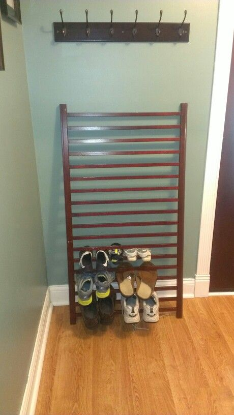 Repurposed crib railing as entry way shoe holder