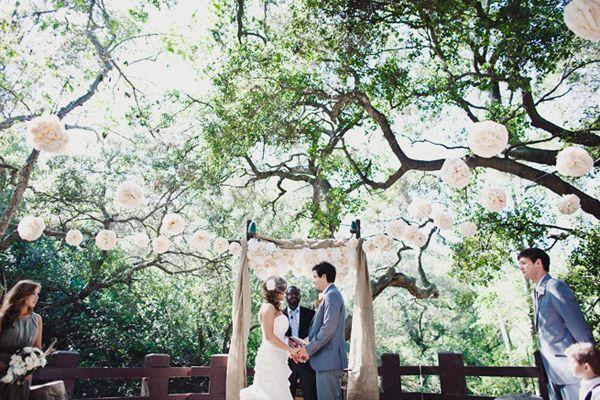 Een romantische ceremonie setting! Witte lampionnen in de bomen geven een te gek effect!