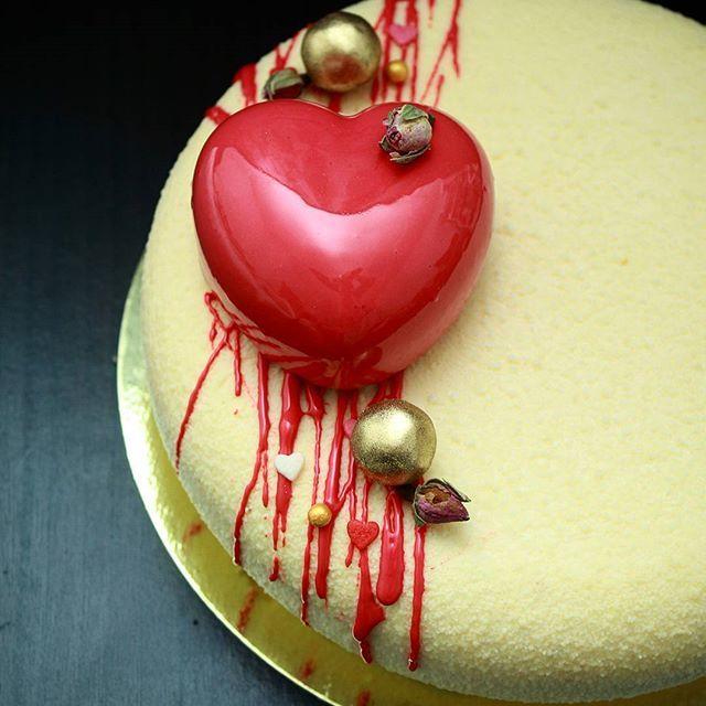 Айвори и холодный красный хорошо смотрятся вместе. Для годовщины свадьбы самое то! #торт#безмастики #муссовыйторт #шоколад #шоколадныйвелюр #зеркальнаяглазурь #тортназаказмосква #тортыназаказмосква #торт_на_заказ_москва #торты_на_заказ_москва