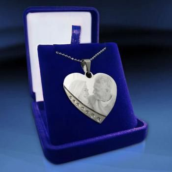 www.presentjakt.se: Smycken som graveras med din egen bild, och ibland även med valfri text. En uppskattad present till någon du tycker om.