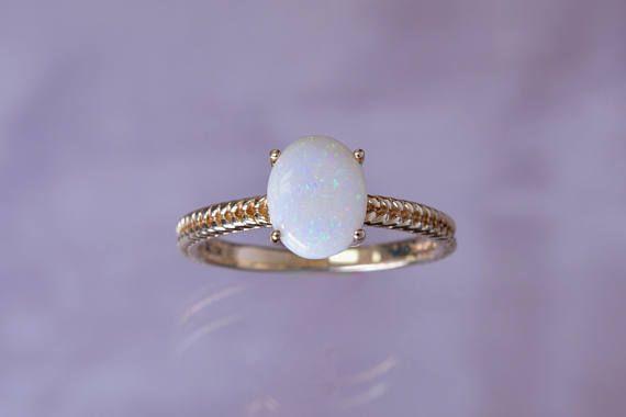Ein schöne Solitär-Vintage-Ring mit einem Seil strukturierter Band mit einer echten weißen Opal. Dies ist ein VINTAGE/Immobilien/PRE-OWNED ring Stein ist in gutem Zustand, Bitte beachten Sie, dass unten Opal Chip, enthält, wie in Bild #8. Typische Verschleiß auf Metall, einige tragen