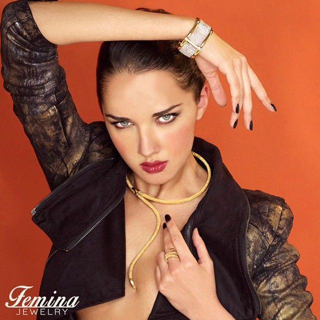 The serpent is the ultimate symbol of temptation and desire. This beautiful necklace is made from pure italian 18K gold of the highest quality and will for sure make your look both luring and attractive.