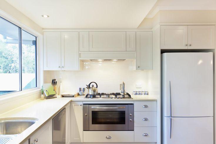 Moderne witte keuken met granieten werkblad - keukenkasten schilderen