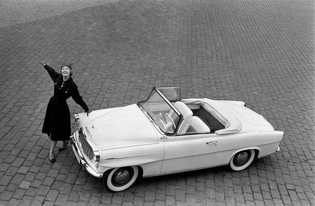 Škoda 450 a Charlotte Sheffield, Miss USA. Reklamní fotografie Viléma Heckela z roku 1957 - Foto: Vilém Heckel, CC BY-SA 3.0. Škodománie aneb Jak se v Mladé Boleslavi začala vyrábět auta | Historie Plus