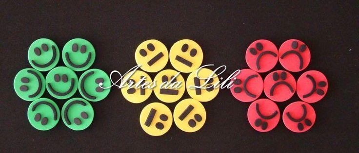 Painel Campeões do Comportamento com capacidade para 30 nomes  Utilizado para trabalhar com as crianças questões de comportamento, responsabilidade, respeito, entre outros  Acompanha: 150 estrelas, 30 carinhas amarelas, 30 carinhas verdes e 30 carinhas vermelhas separadas em saquinhos de TNT.  As...