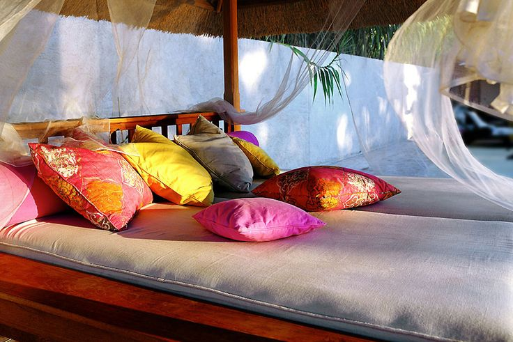 COBERTI Detalle interior de gazebo de madera estilo cama balinesa, ideas para jardín y terraza #gazebo #madera #cama_balinesa #ideas #jardín #terraza #coberti #málaga