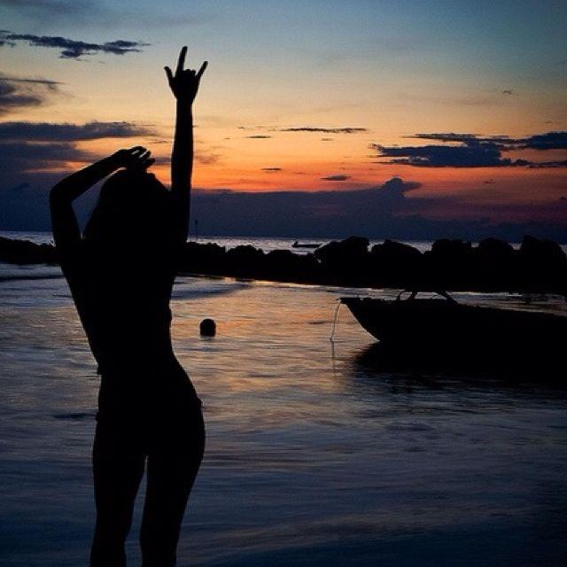 Eu, você, o mar e o pôr do sol em algum lugar. DC