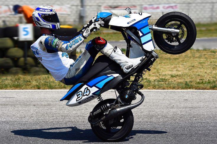 Epic!   #polini #wheeliewednesday #wheelie #impennata #penna #epic #epico #fun #friends #sport #divertimento #amici #tuning #scooter #yamaha #jog #triangle #geometry #geometria #equilibrio #equilibrium #balance #triangolo #white #blue #bianco #blu #madeinitaly