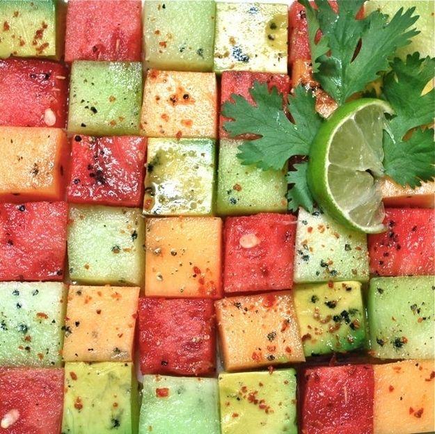Una cuadrícula impresiona si estás utilizando frutas firmes que se pueden cortar en cubos como el melón. | 16 Ideas para hacer ensaladas de fruta asombrosas