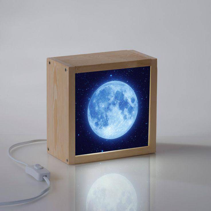 Esta caja de luz con la imagen de la luna te encantará. Puede iluminar cualquier rincón de casa o usarla como quitamiedos en la habitación de tus hij@s.
