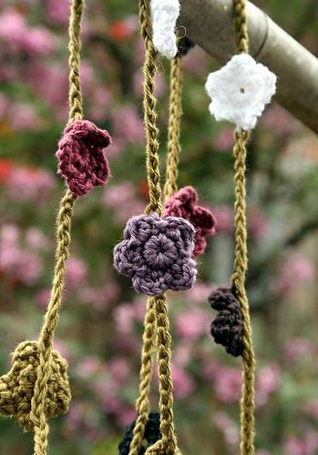 How to crochet a daisy chain necklace