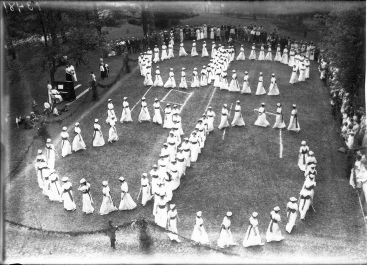 Vintage Photos of Tree Worship at Western College for Women | Atlas Obscura