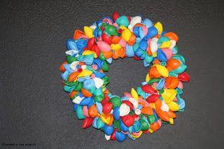 http://creaties-jenneke.blogspot.nl/2013/11/ballon-krans.html
