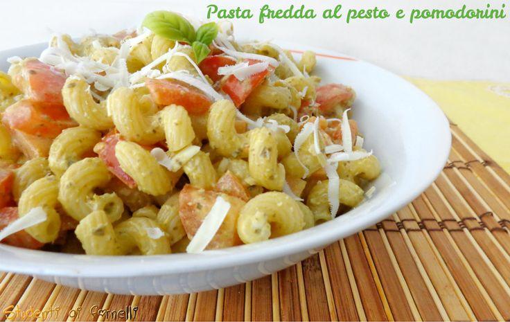 La pasta fredda al pesto con pomodorini freschi è un primo piatto ideale per l'estate e per combattere il caldo. Ricetta pasta fredda al pesto vegetariana..