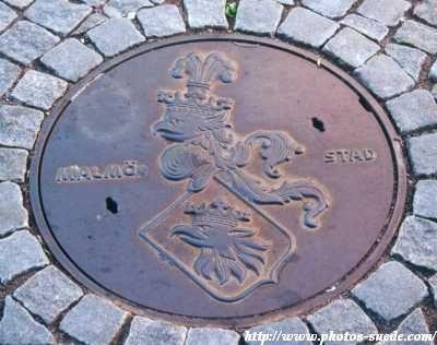 Le symbole de Malmö sur une bouche d'égout