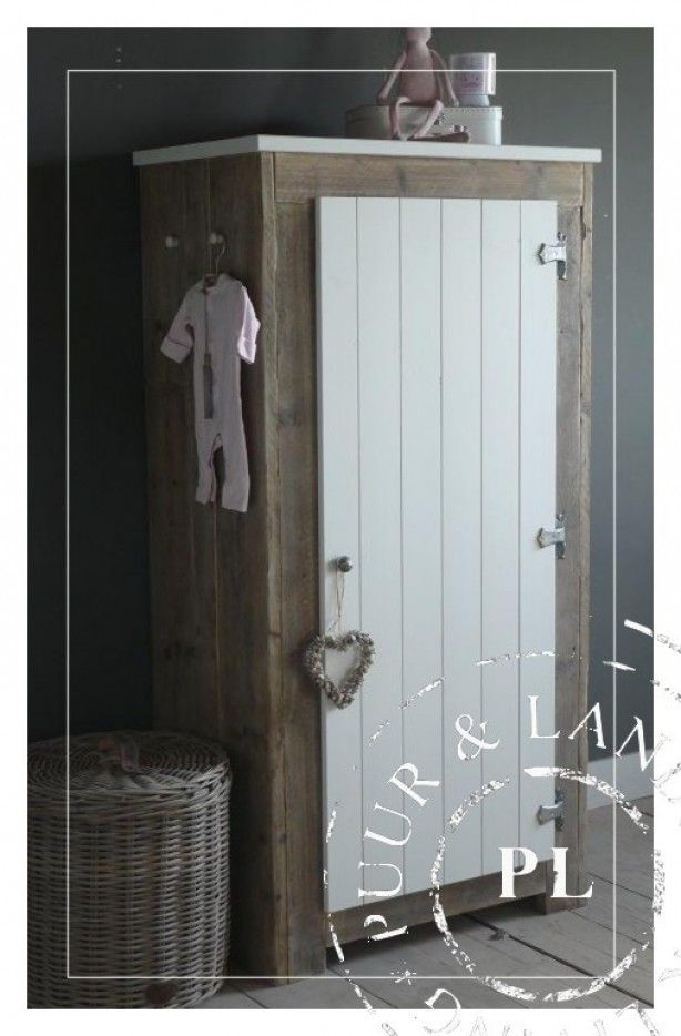 landelijke kledingkast voor de kinderkamer