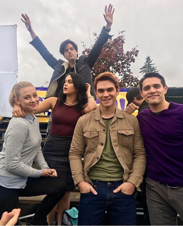 The cast of Riverdale. I love this photo of Lili Reinhart, Camila Mendes, KJ Apa, Casey Cott, Cole Sprouse (Betty, Veronica, Archie, Kevin, Jughead) ❤️