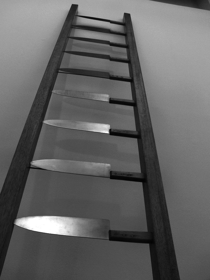 Marina Abramovic. De rillingen lopen over je rug als je bedenkt aan de voet van deze ladder te staan. Bij mij dringen zich ook meteen allerlei ander gruwelijke beelden van martelwerktuigen op.