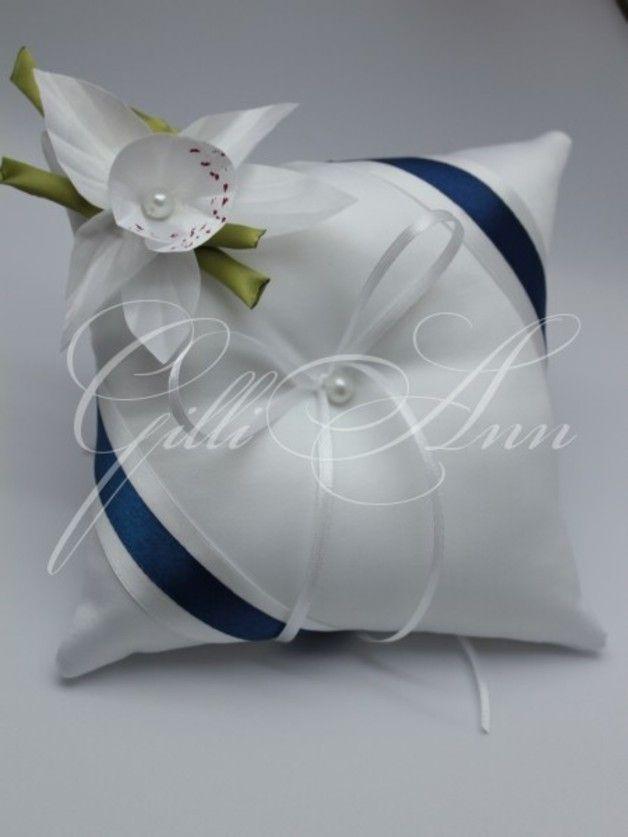 Wedding Ring Kussens Gilliann Lily PIL175  Kussen voor trouwringen gemaakt van wit satijn, versierd met een blauw satijnen lint, mooie bloem, die lijkt op een waterlelie.  Materialen en...