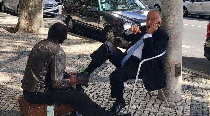How go get shoe polish as a president.   Marcelo Rebelo de Sousa apanhado a engraxar os sapatos na rua
