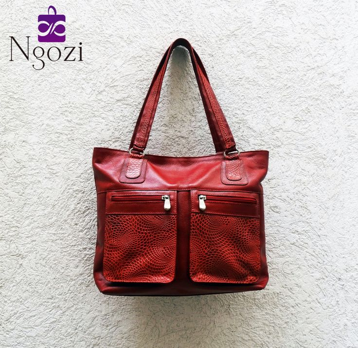 #3000 - Bolso Cuero Rojo / Tamaño: 30cm x 39cm / Descripción: 3 bolsillos internos, 3 bolsillos externos, único servicio.