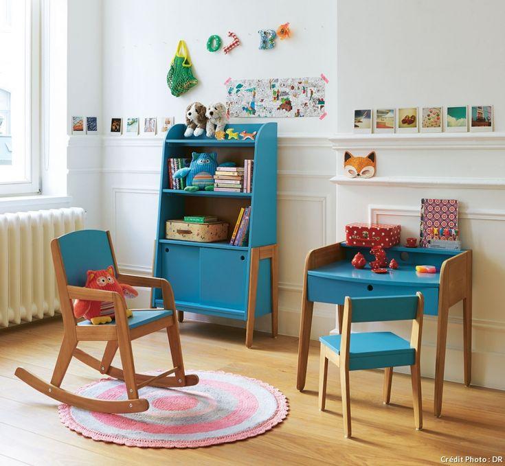 Bureau vintage bleu et bois scandinave, armoire assortie, rocking-chair bleu - #bureau #maison #deco #enfant #fille #garcon #petit #chambre #amenagement #rangement #planche #ecolier #bois #espace #amenager #etagere