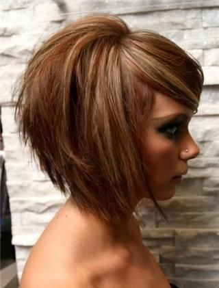 Les cheveux de cette jeune fille ont été dégradés à l'arrière et on a gardé plus de longueur aux cheveux des côtés et du devant. Les petites...