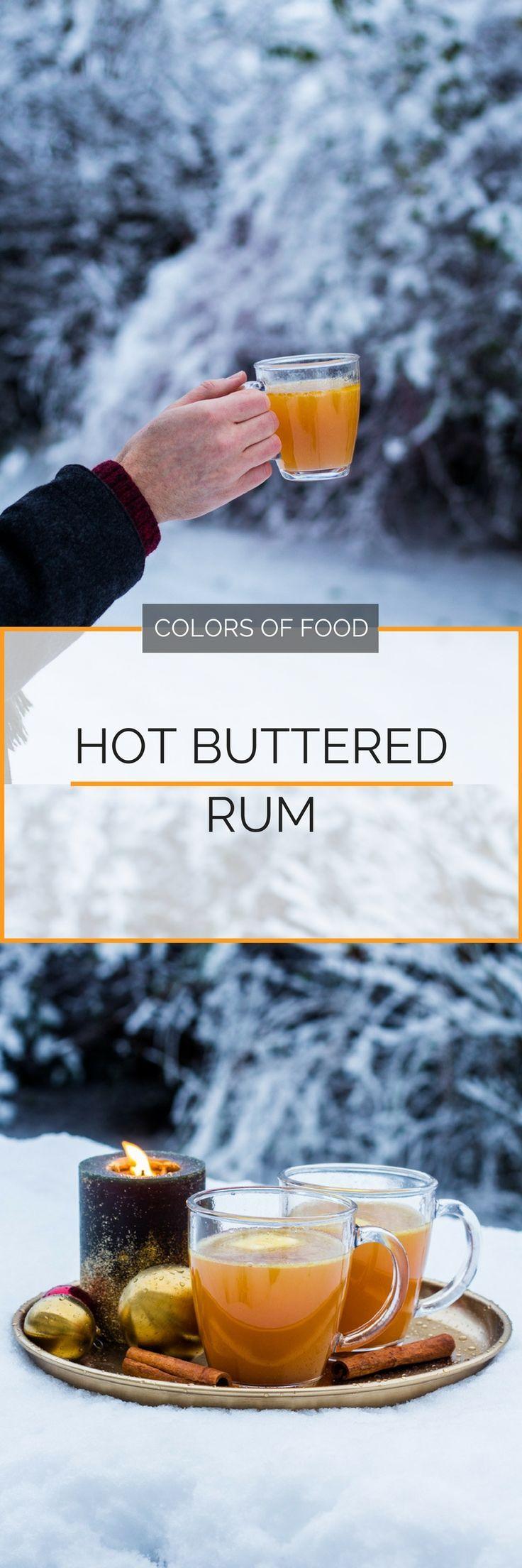 Hier findest du das Rezept für einen Hot Buttered Rum mit einem leckeren Wintergewürz-Sirup, für den du jeden Glühwein stehen lässt.