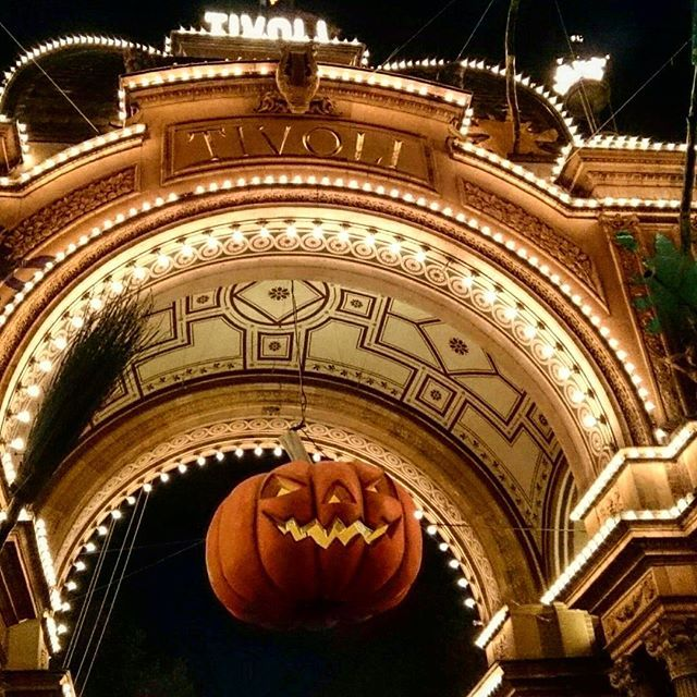 The scariest Halloween ever 😱 👻 🚁 #Tivoli #copenhagen #københavn #amusementpark #halloween  #rollercoaster #dæmonen #visitdenmark #visitcopenhagen #studentproject #studytour #funfunfun #sdu #scream #trickortreat #pumpkin #lights #sobeautiful