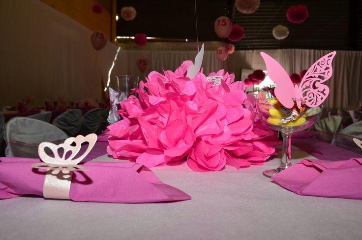 Mariposas rosas, en servilletero, centro de mesa y copas