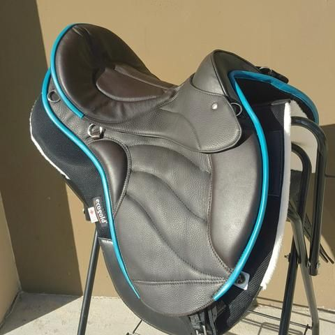 OOOOMMMGGGG ITS PERFECT!!! Dark brown Sensation treeless english trail saddle with teal trim. Flashy on trails and legal for local shows!!!