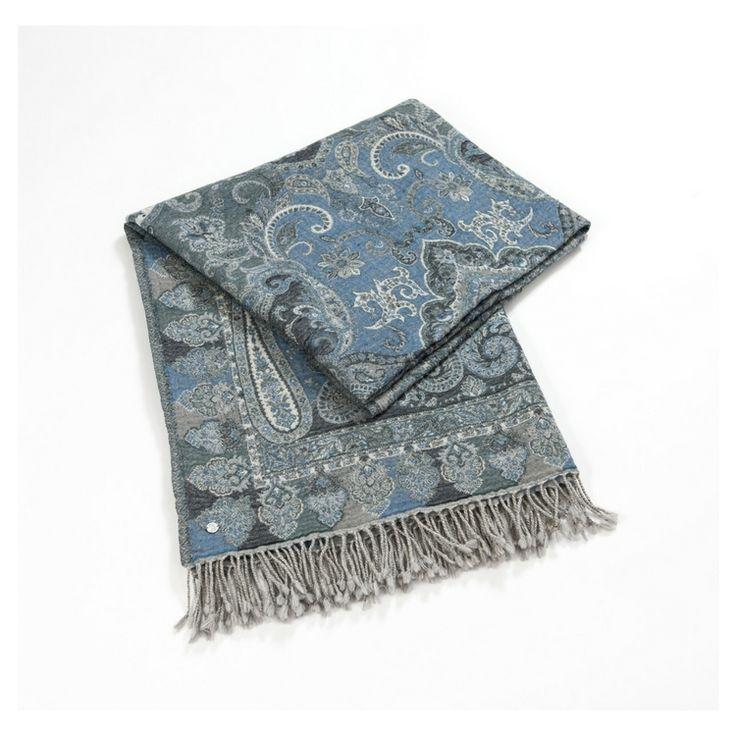 Vakkert pledd i blåtoner og paisleymønster fra Florence Design. Finnes også i brun/svart toner. Pleddet er i 100% ull og har målene 130x175 cm.  Kommer på lager i oktober.