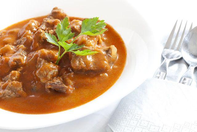 Goulash (o estofado húngaro de cerdo).