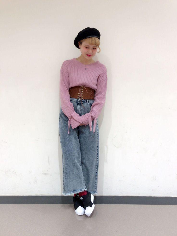 ケミカルウォッシュパンツ 裾が切りっぱなしと絶妙な色合いがおしゃれなデニムは、春物のカラフルなお洋服とも相性抜群。袖をリボンでブラウジングできるニットはピンクをチョイス。春らしいカラーが爽やかなスタイリングです。