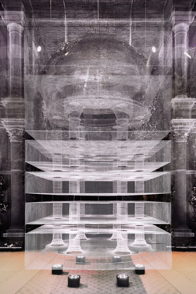 Galería de Instalación de malla de alambre recrea fragmentos arquitectónicos a escala 1:1 - 4