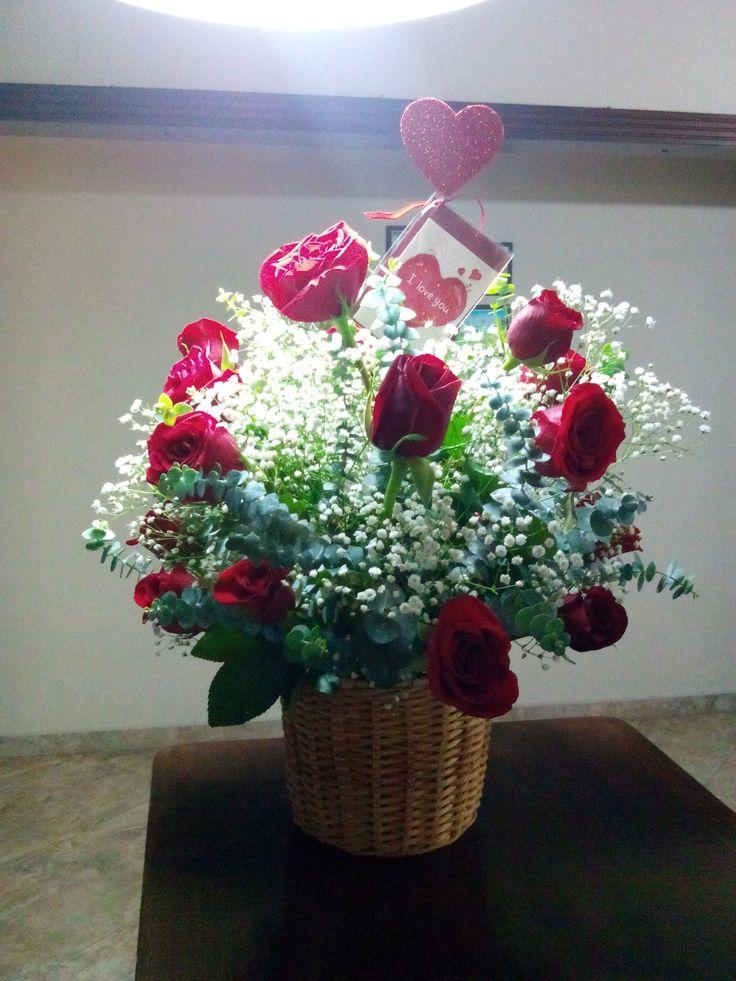 Arreglos florales, rosas rojas, eucalipto, gypsophila.
